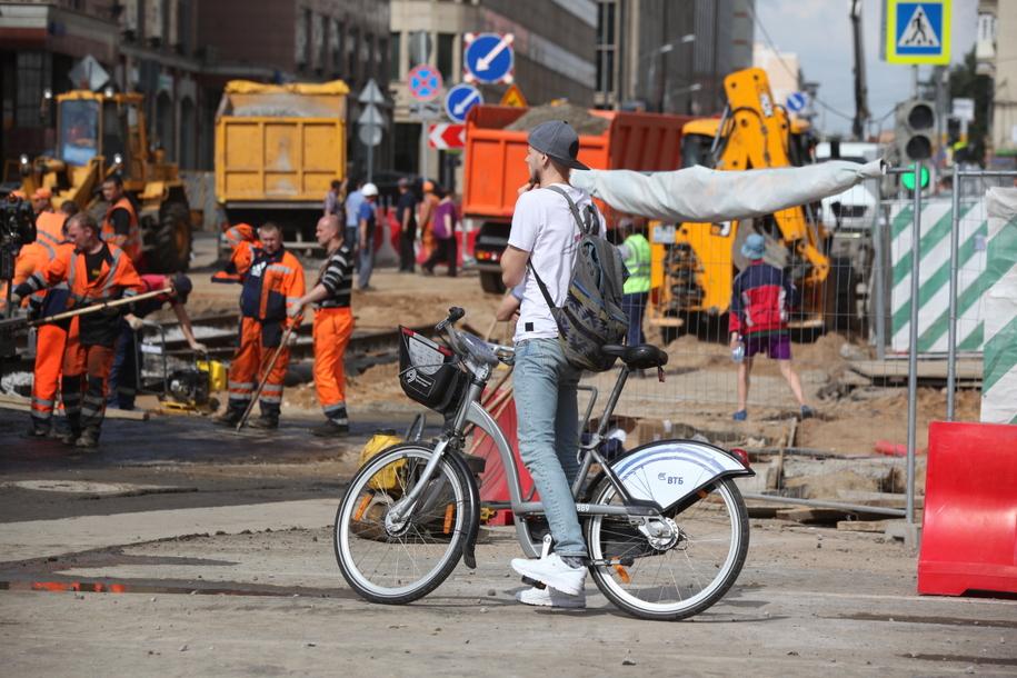 Велосипедист на площади Тверской Заставы