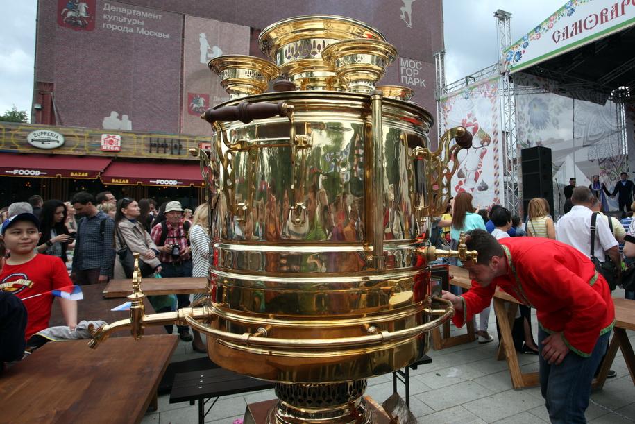 Огромный самовар на фестивальной площадке в Москве