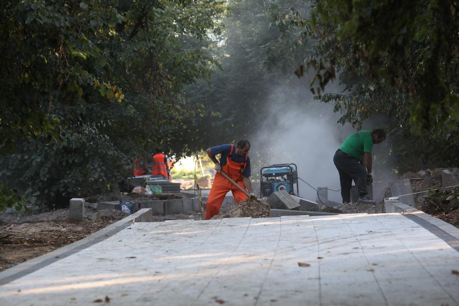 Укладка дорожной плитки в парке в Ростокино