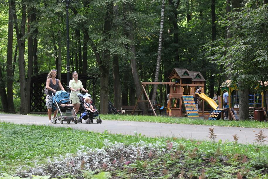 Прогулка с детьми в колясках и детская игровая площадка в Филевском парке
