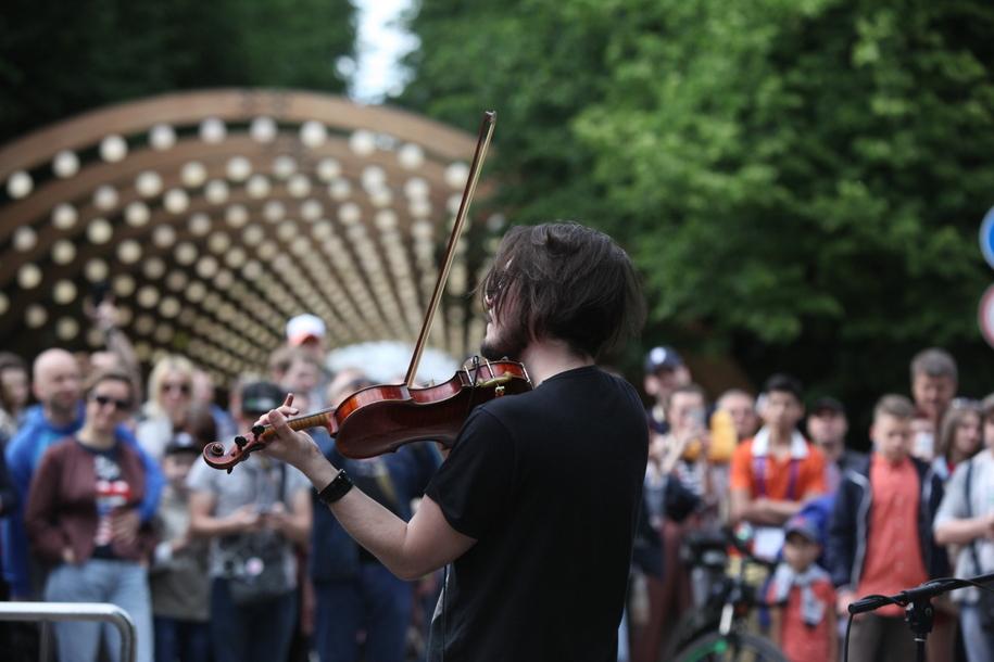 Выступление скрипача в парке Сокольники