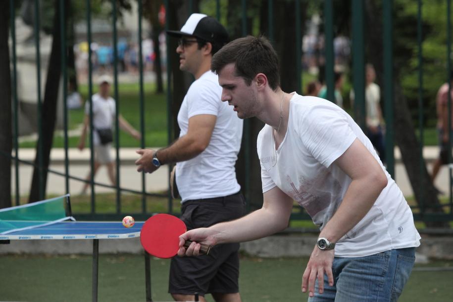 Участники игры в настольный теннис в московском парке