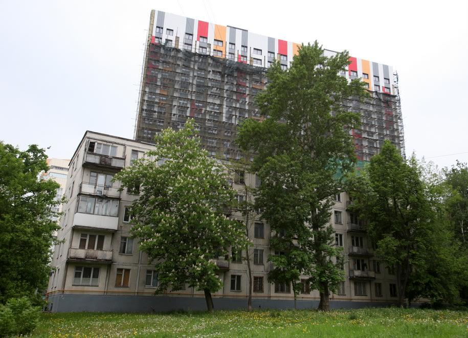 Пятиэтажка и многоэтажка в строительных лесах