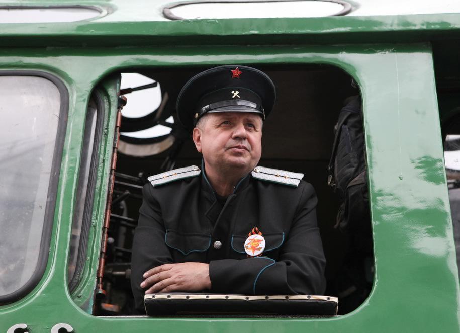 Машинист старинного поезда на Рижском вокзале