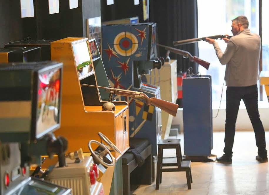 Посетитель музея советских игровых автоматов во время стрельбы из винтовки