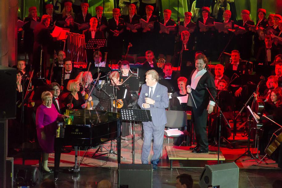 Лев Лещенко исполнил песню в метро
