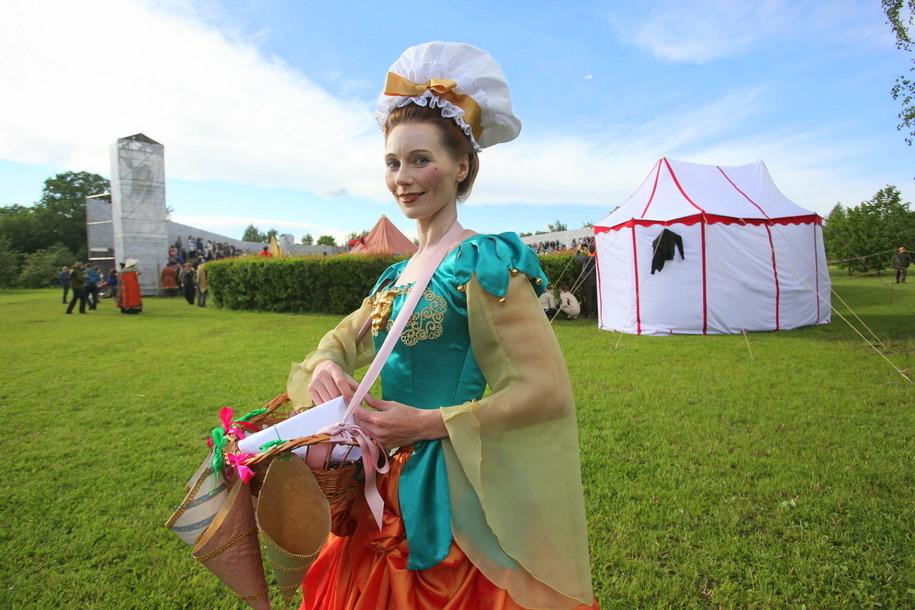 Участница екатерининской карусели фестиваля Времена и эпохи в Царицыно