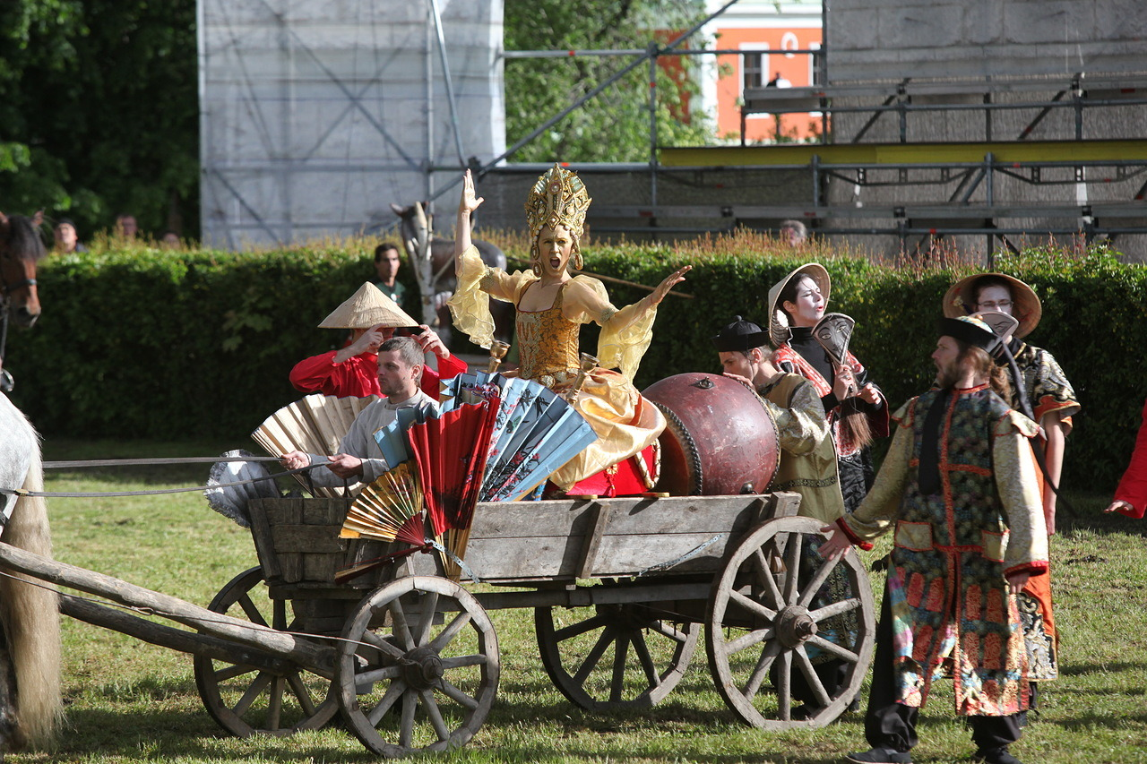 Участники фестиваль Времена и эпохи на повозке в Царицыно
