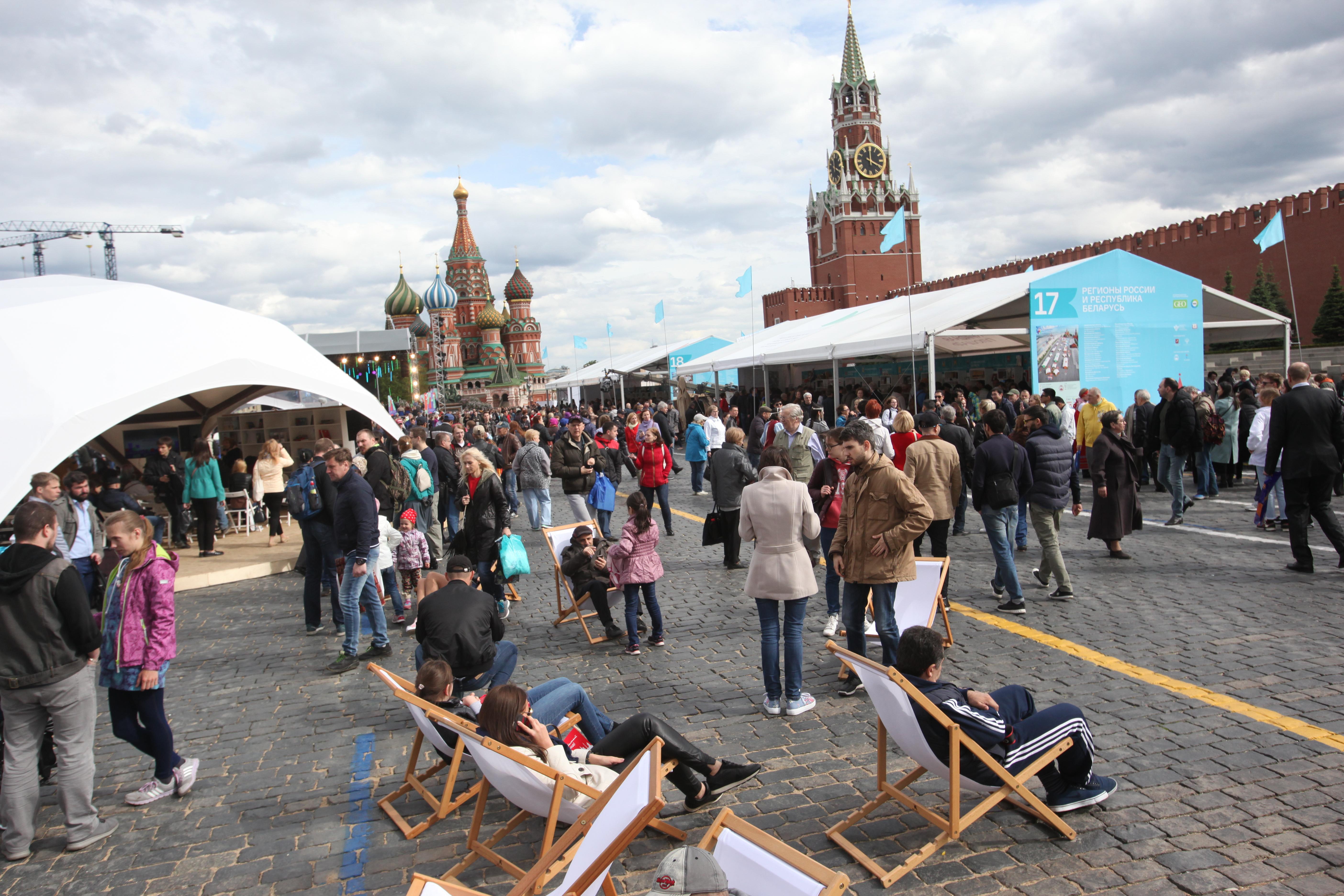 Посетители книжного фестиваля на Красной площади