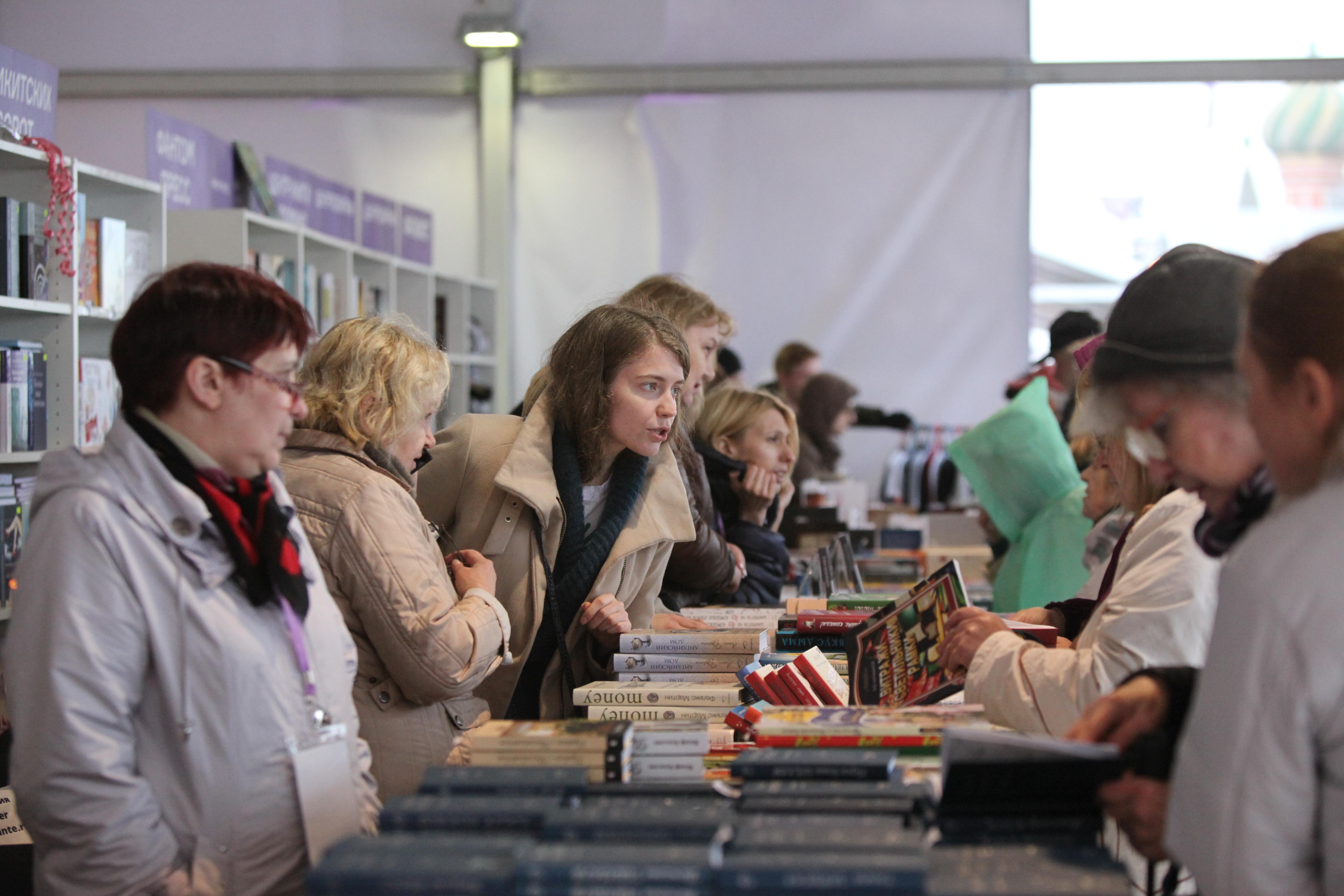 Покупатели на книжном фестивале на Красной площади