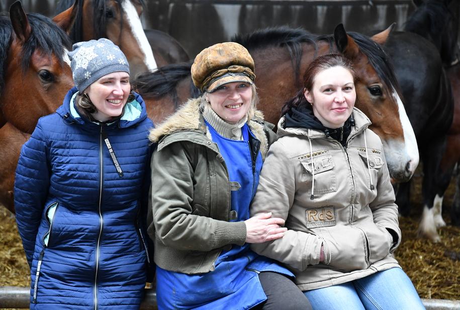 Работницы животноводческого комплекса при растениеводческом хозяйстве Русь