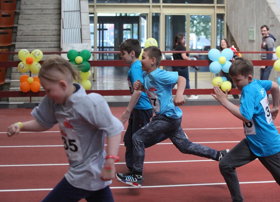 Участники Игр победителей на дистанции бега