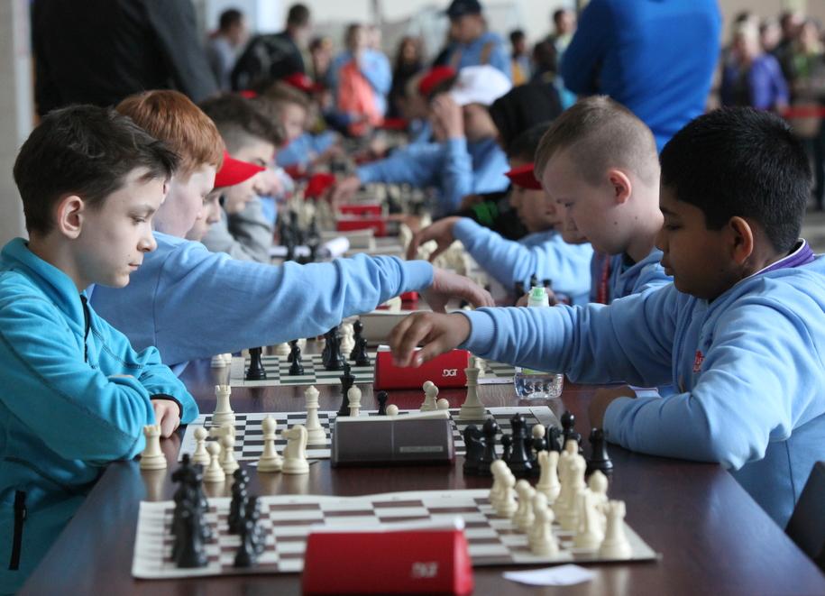 Участники Игр победителей за шахматной доской