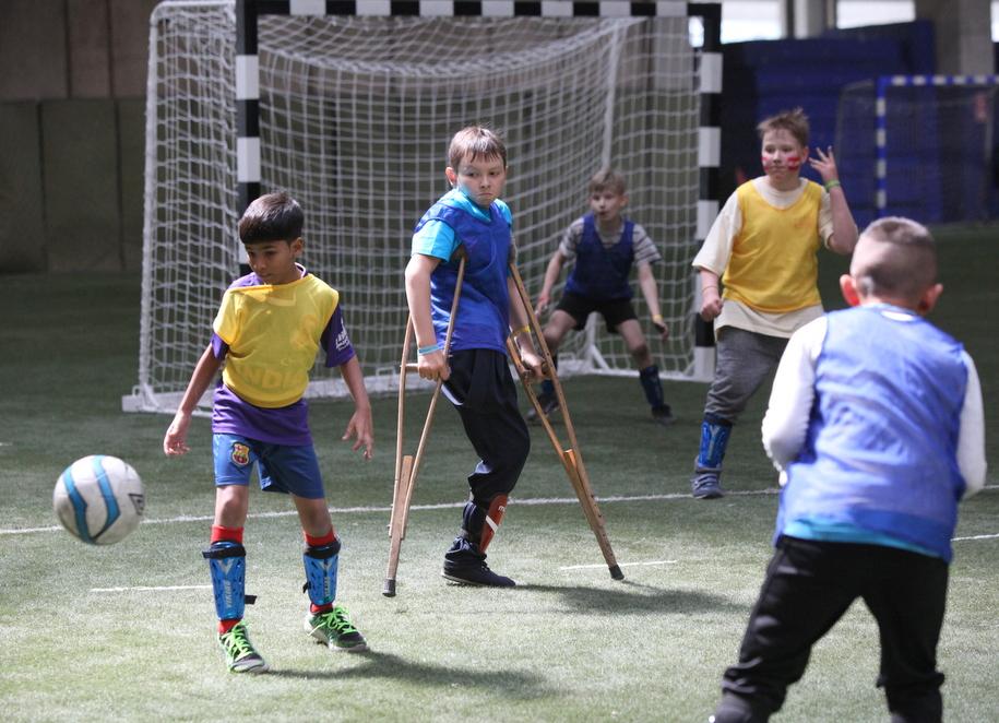 Участники Игр победителей на футбольной площадке