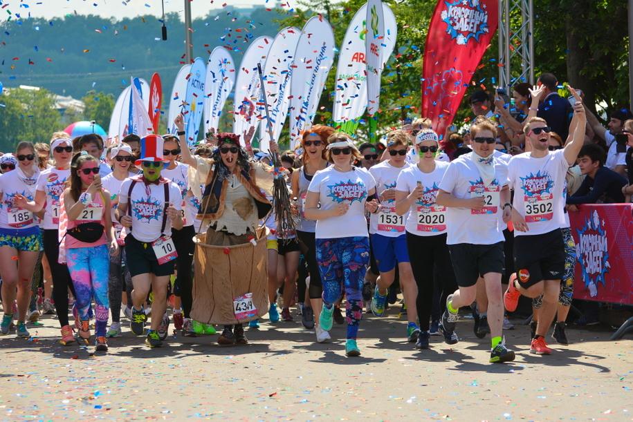 Участники красочного забега в Лужниках