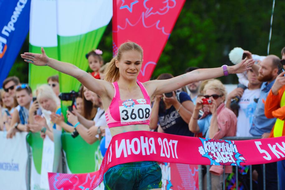 Участница красочного забега в Лужниках на финише