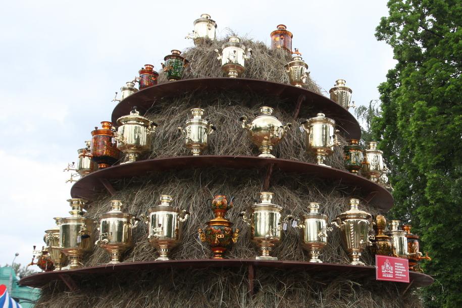 Коллекция самоваров на фестивале Самоварфест в саду Эрмитаж