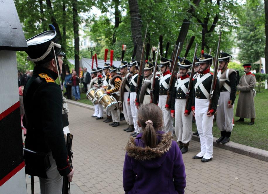 Участники фестиваля Времена и эпохи на московском бульваре