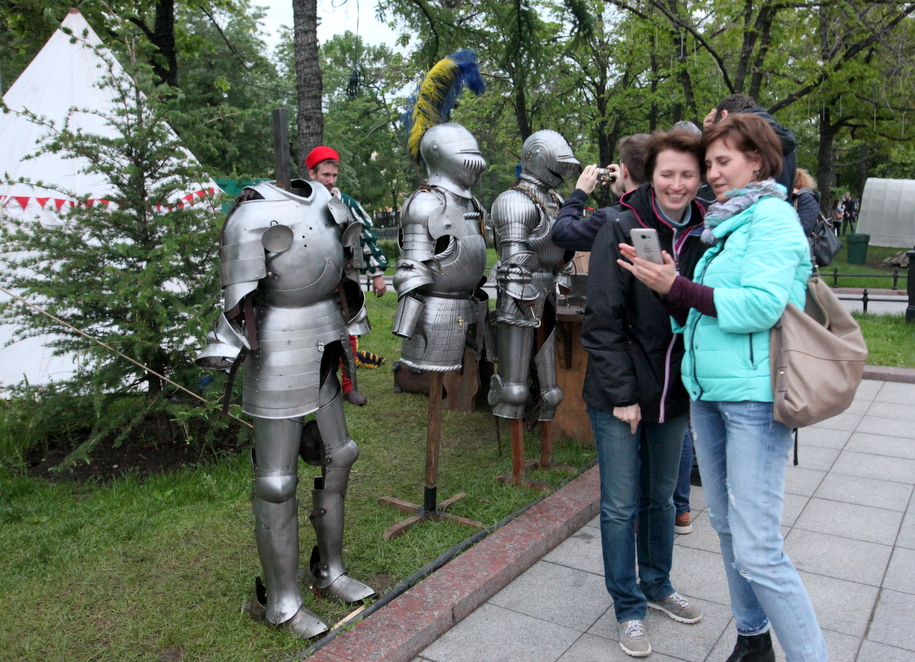 Жительницы Москвы и доспехи участников фестиваля Времена и эпохи