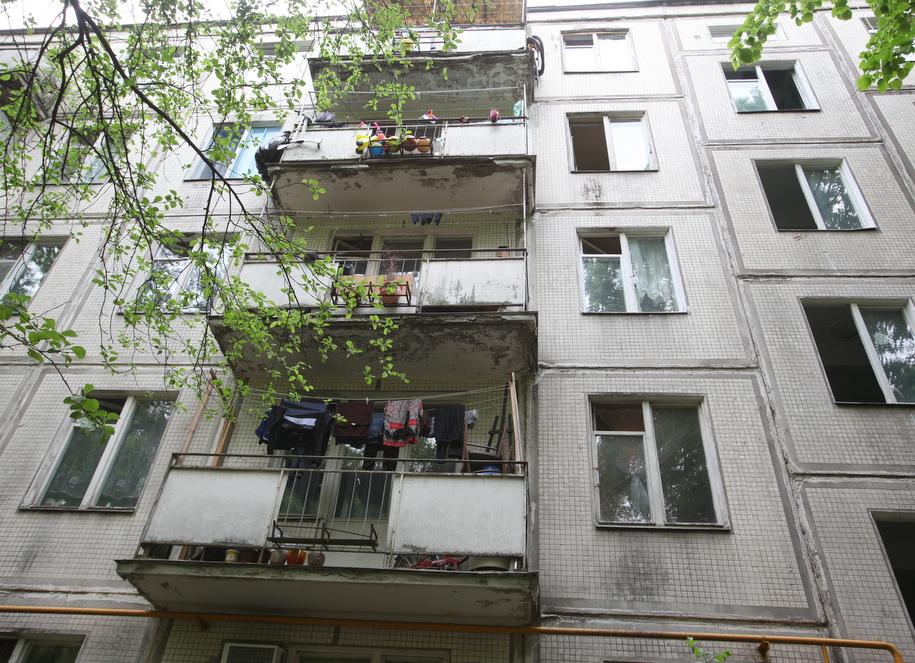 Балконы с бельем пятиэтажки