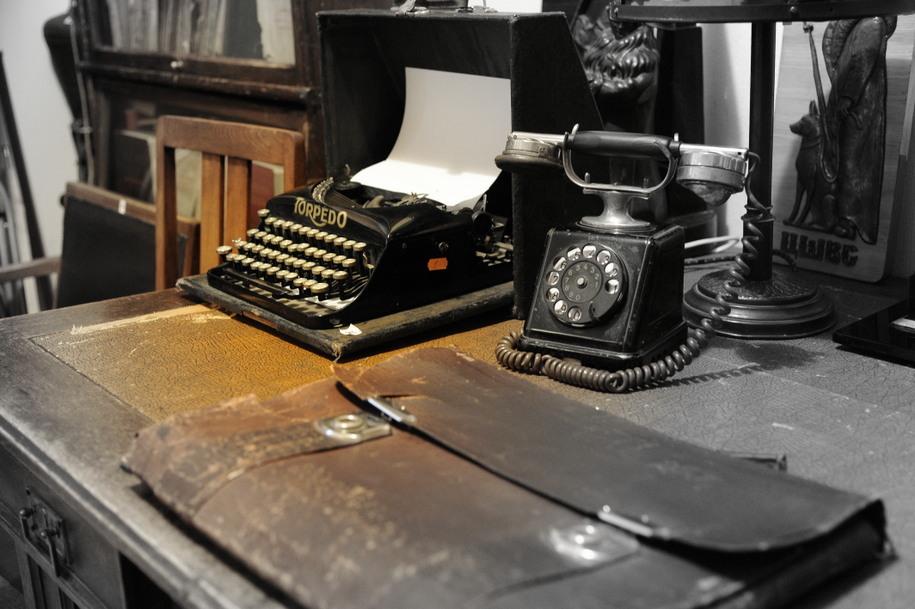 Старинные пишущая машинка, дисковый телефон и кожаный портфель жителей Дома на набережной