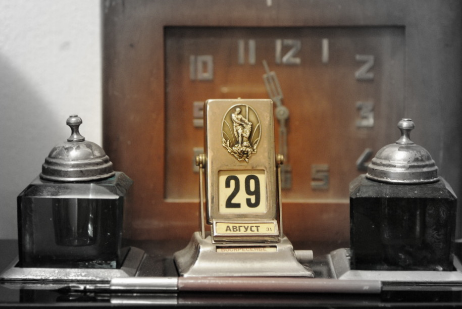 Старинные часы, численник, календарь, чернильница жителей Дома на набережной