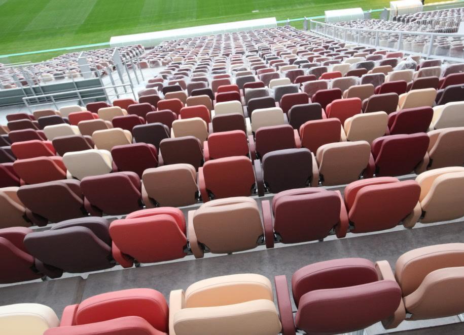 Кресла для зрителей на футбольном стадионе Лужники
