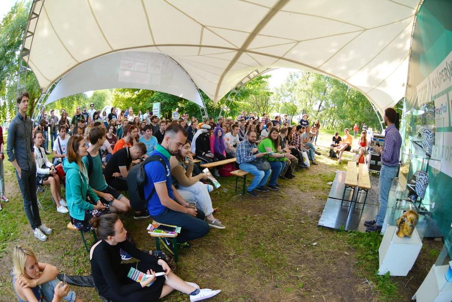 Лекция в Коломенском под шатром