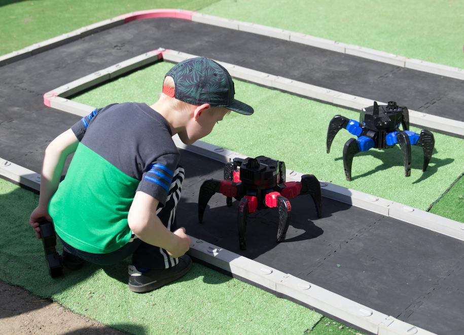 Мальчик и роботы на фестивале в Коломенском