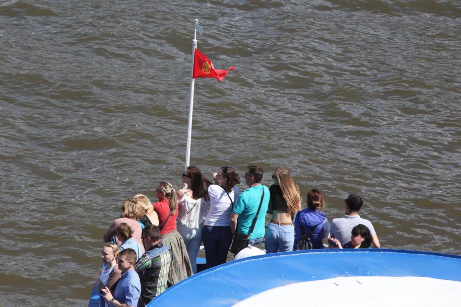 Пассажиры прогулочного катера на Москве-реке