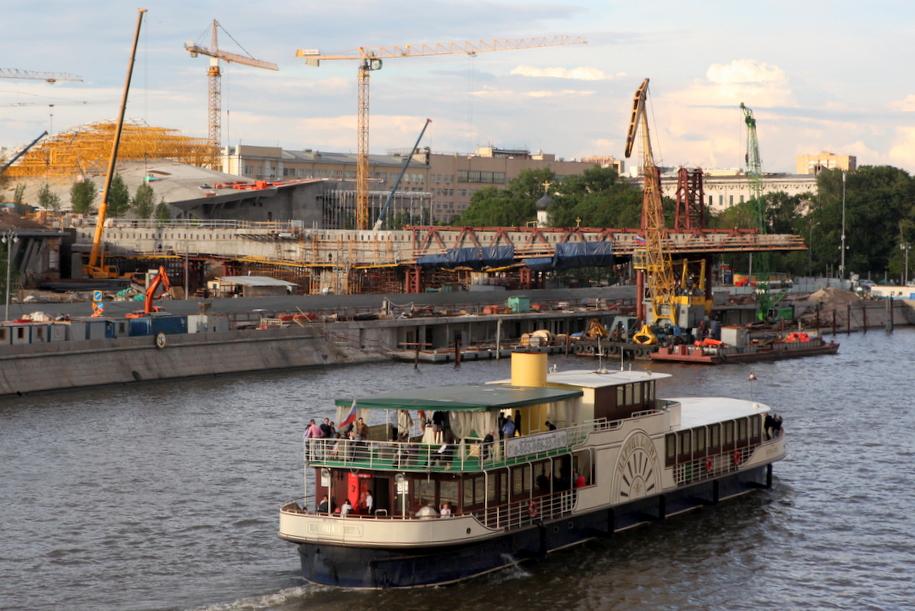 Прогулочный катер на Москве-реке у парка Зарядье