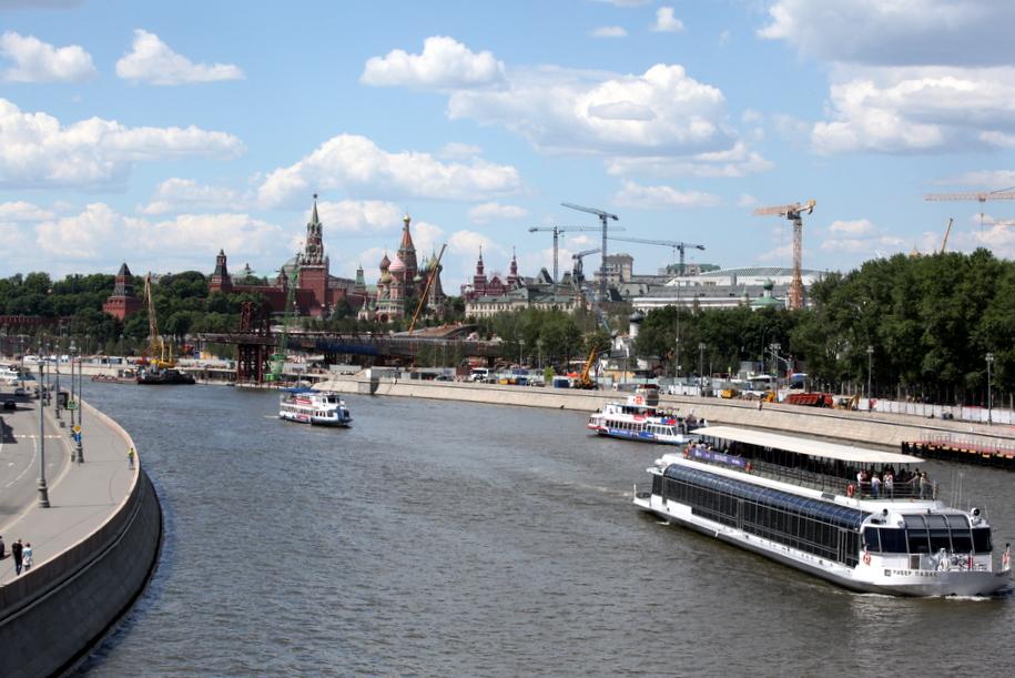 Прогулочные катера на Москве-реке у парка Зарядье