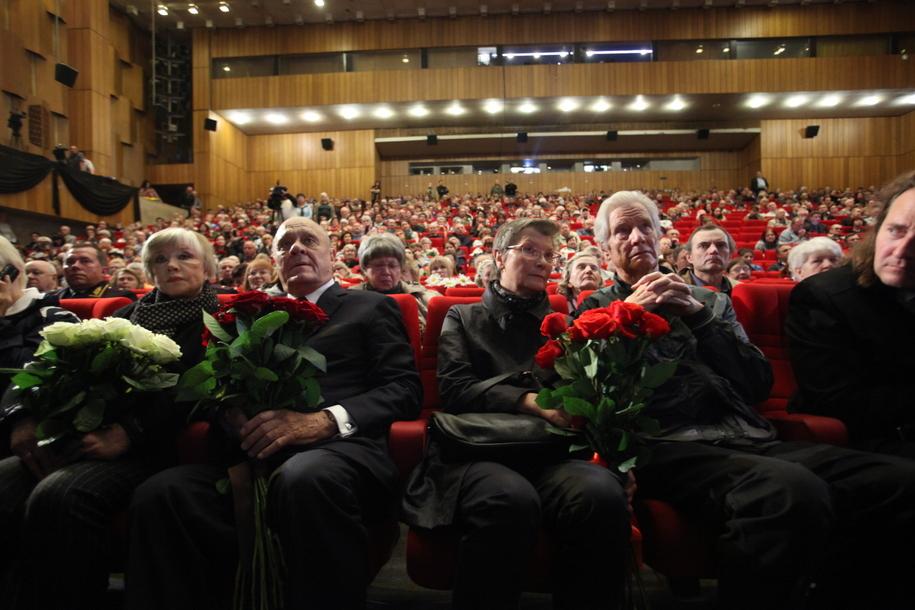 Вера Алентова, Владимир Меньшов, Геннадий Юхтин на церемонии прощания с Алексеем Баталовым в