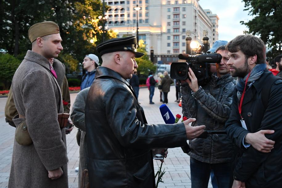 Военнослужащий и журналисты в Александровском саду