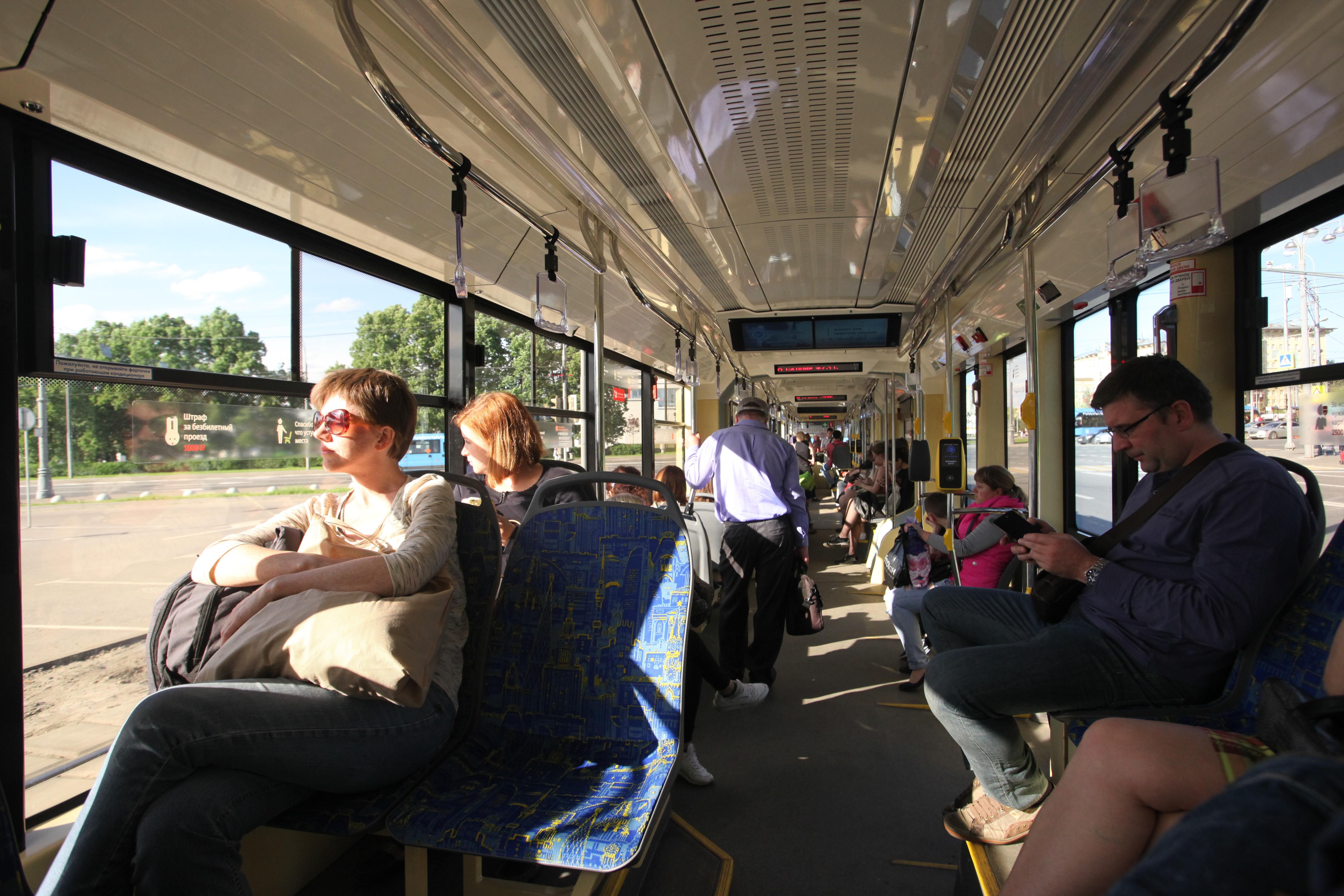 Пассажиры в салоне трамвая