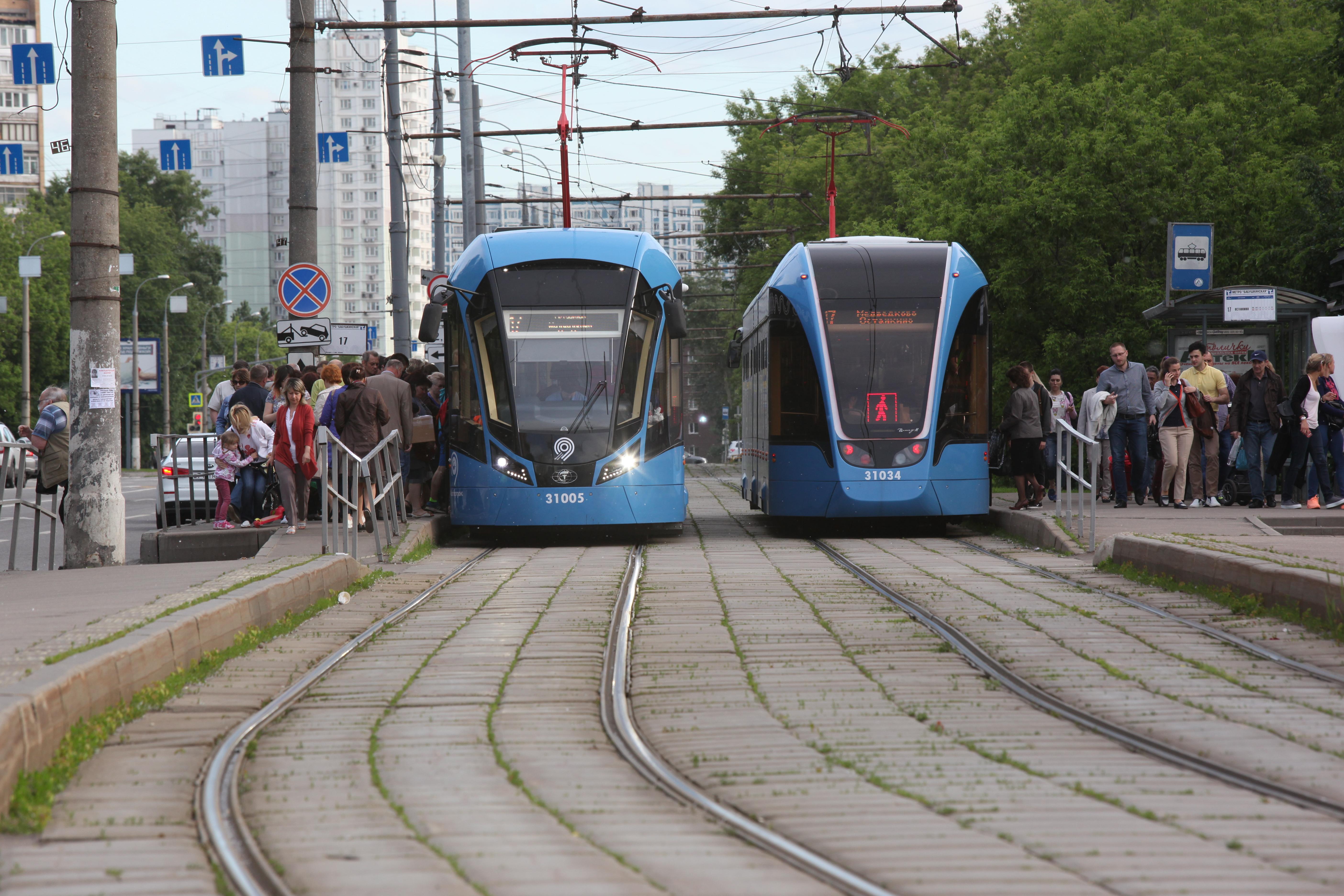 Новые трамваи у остановок