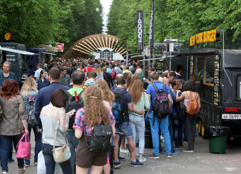 Посетители парка в Сокольниках в очереди за бургерами