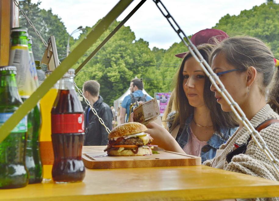 Посетительницы парка в Сокольниках с бургером