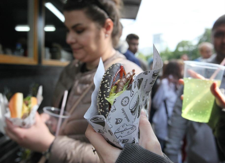 Посетители парка в Сокольниках с бургерами