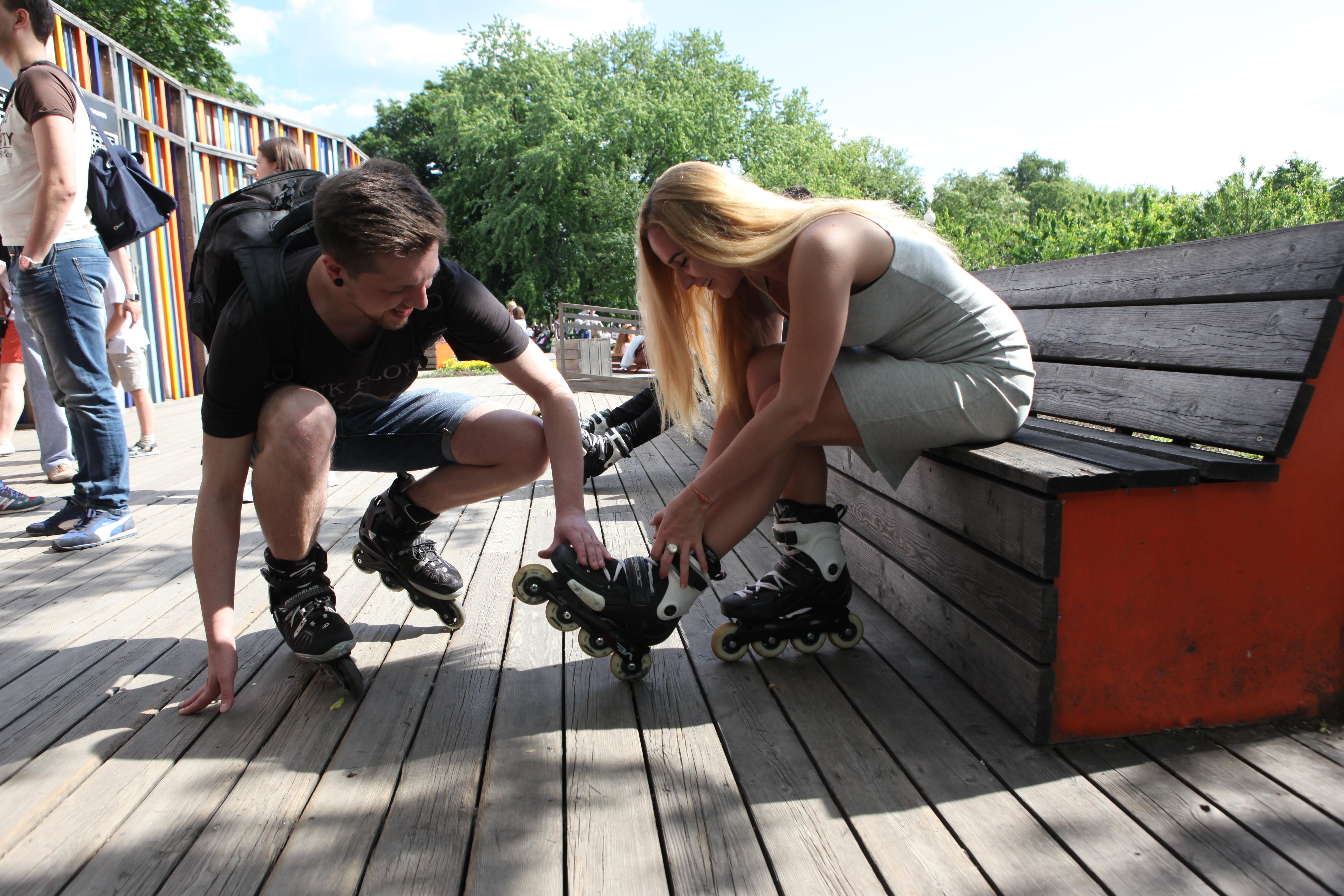 Молодежь на роликах в московском парке