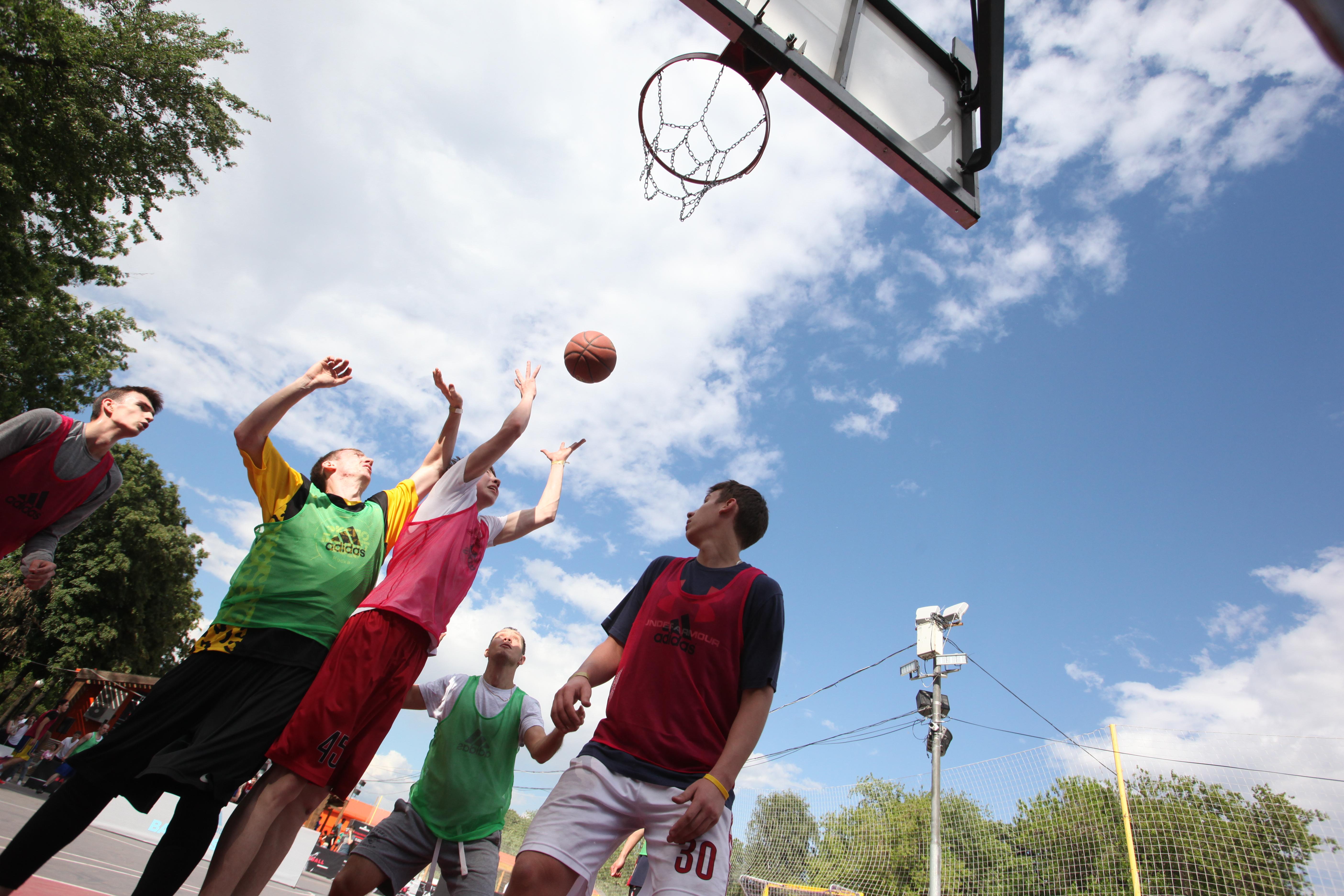 Баскетболисты в московском парке