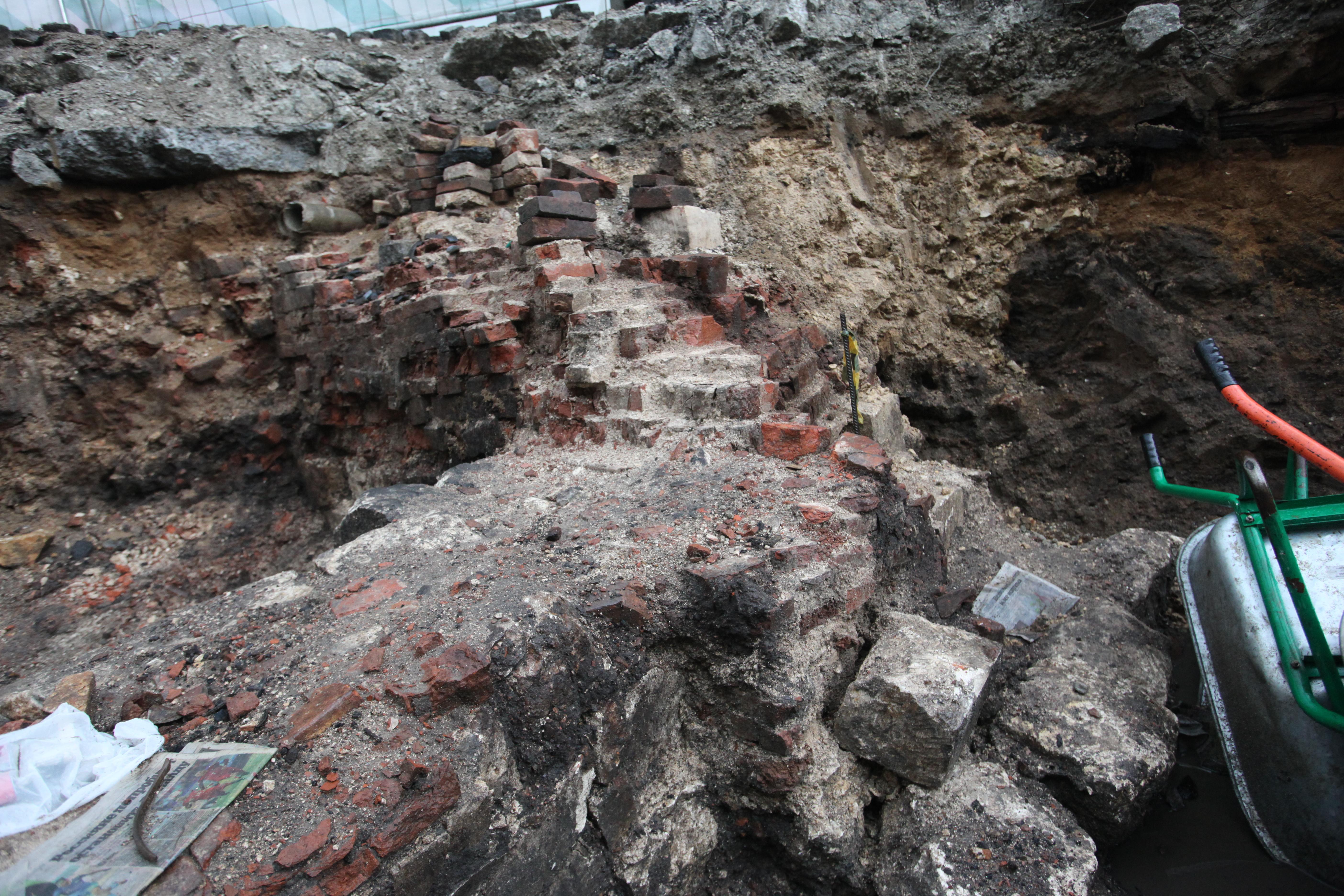 Археологические находки на месте Биржевой площади в Москве