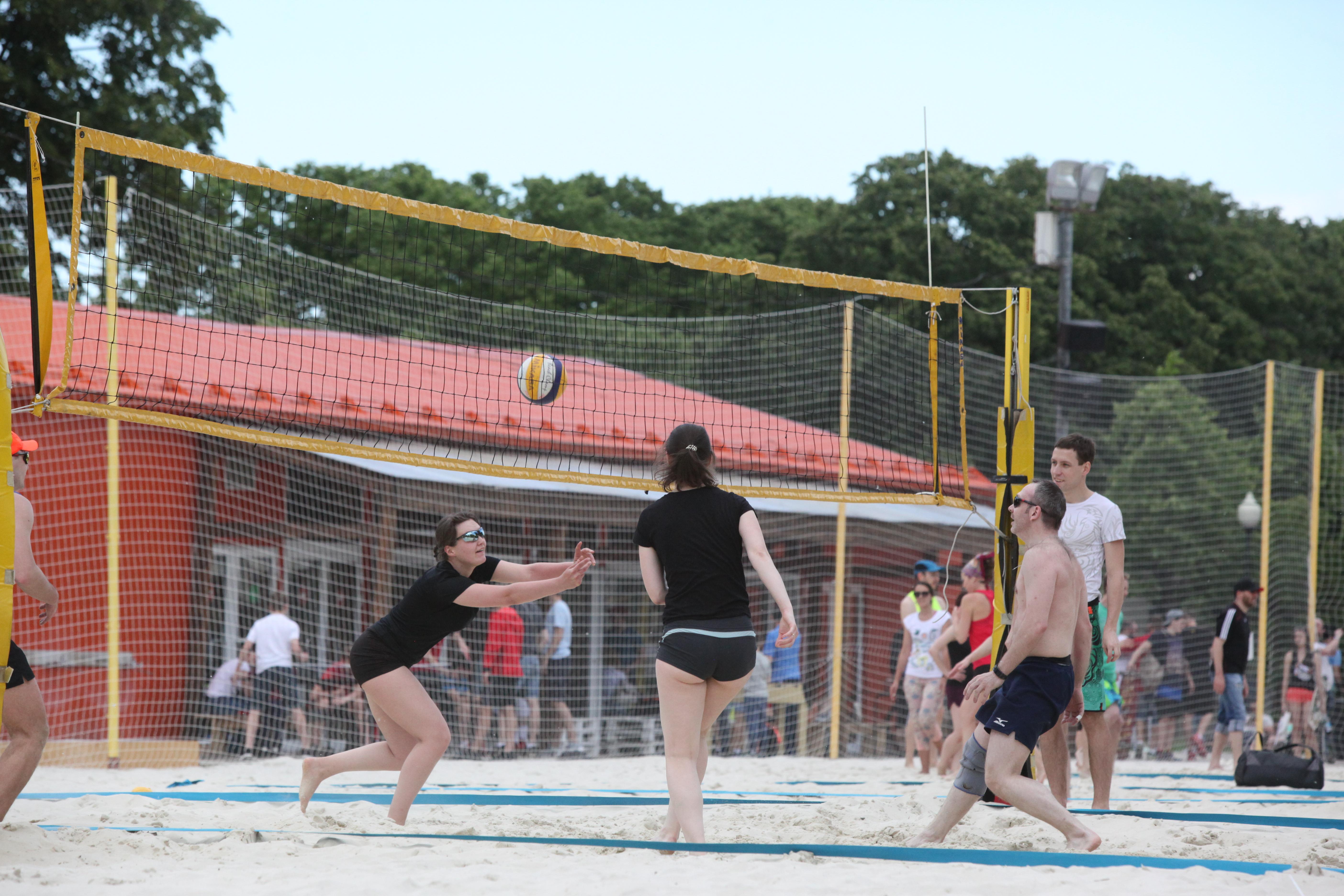 Пляжный волейбол в московском парке