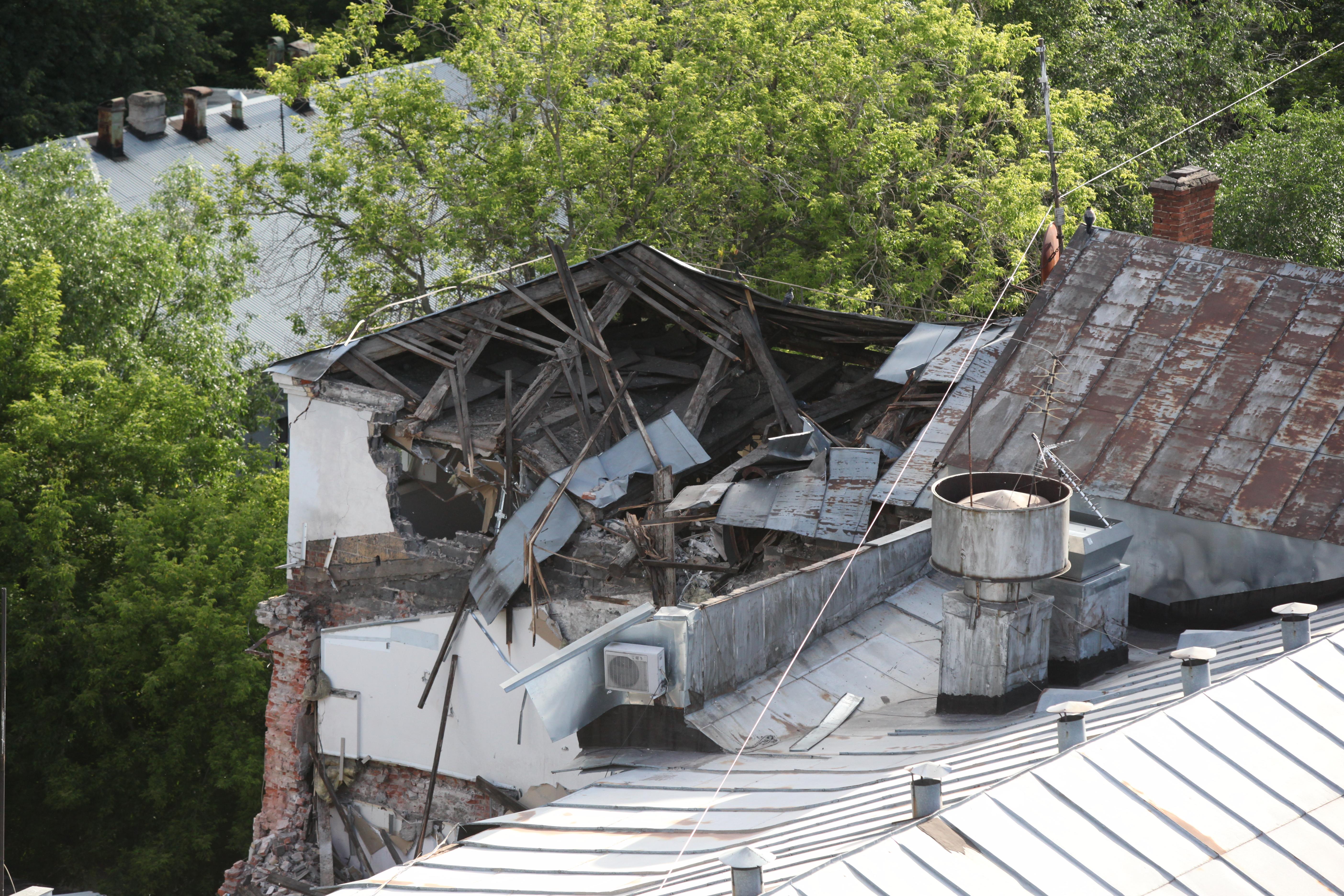 Разрушенный участок крыши