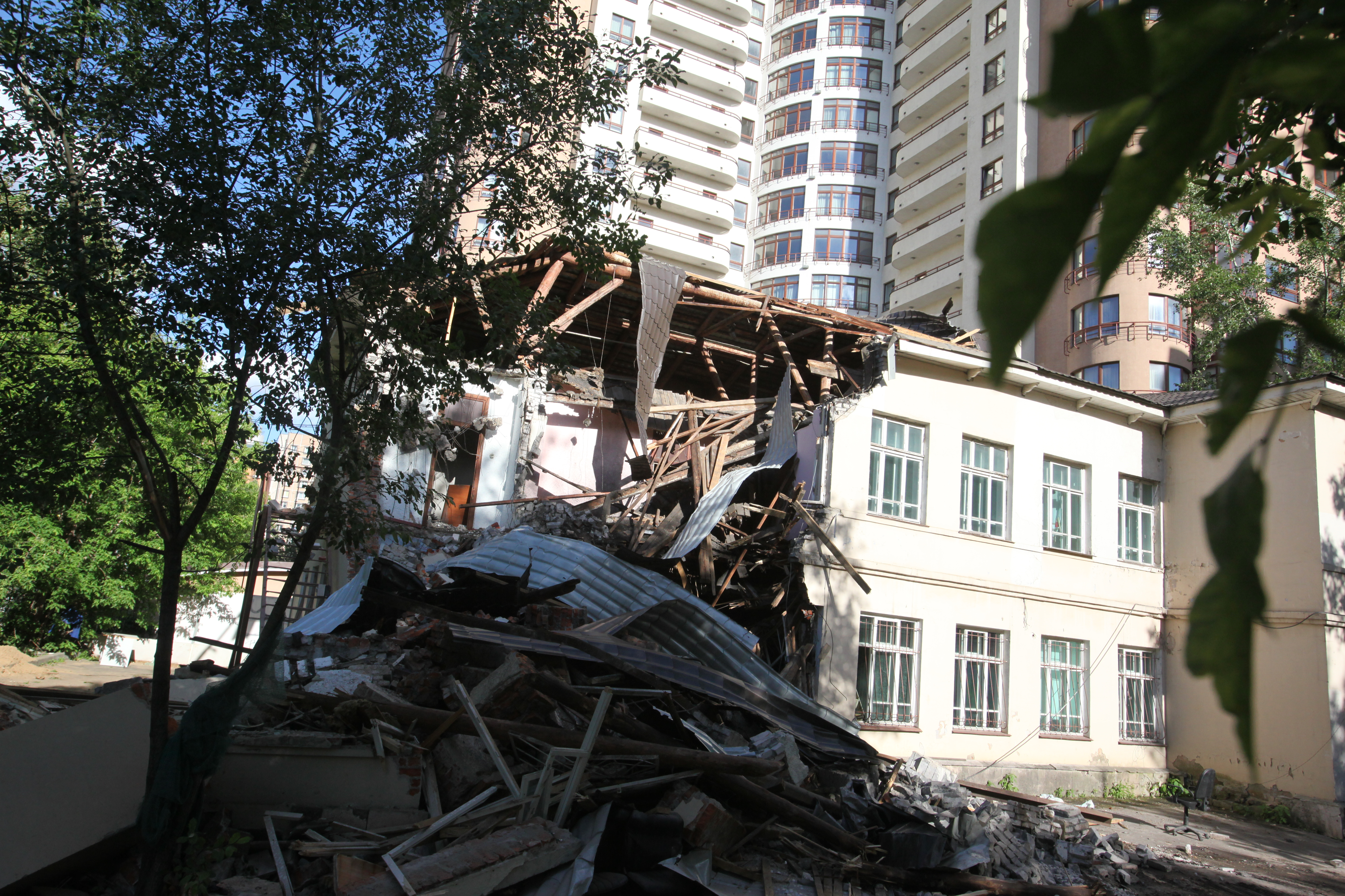 Разрушенная стена здания