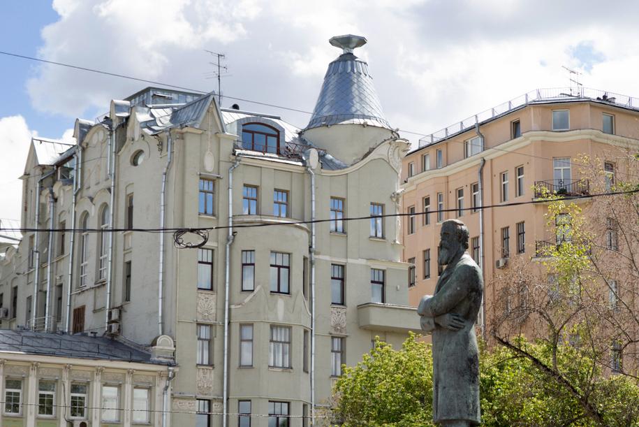 Памятник Энгельсу у станции метро Кропоткинская