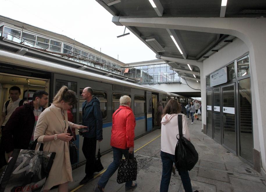 Пассажиры на станции метро Студенческая