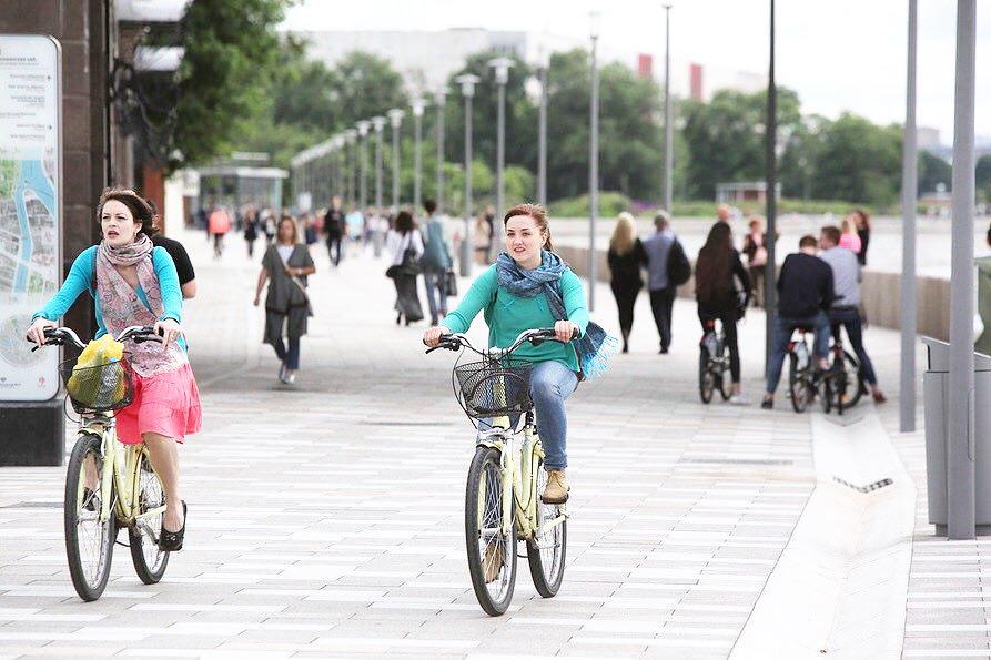 Велосипедисты на набережной в Москве