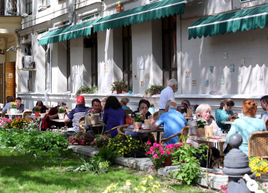 Посетители кафе на летней веранде