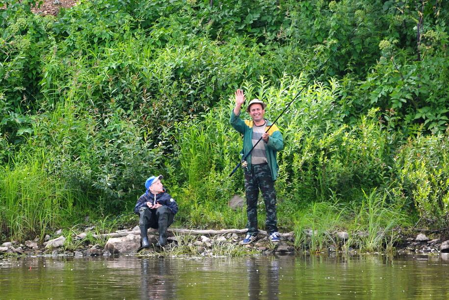 Рыбаки на берегу реки Ока